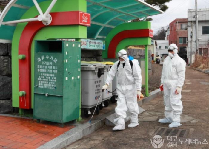 2-3. 사진(영양군, 코로나19 확산 방지를 위한 생활쓰레기 배출장소 일제소독 실시).jpg