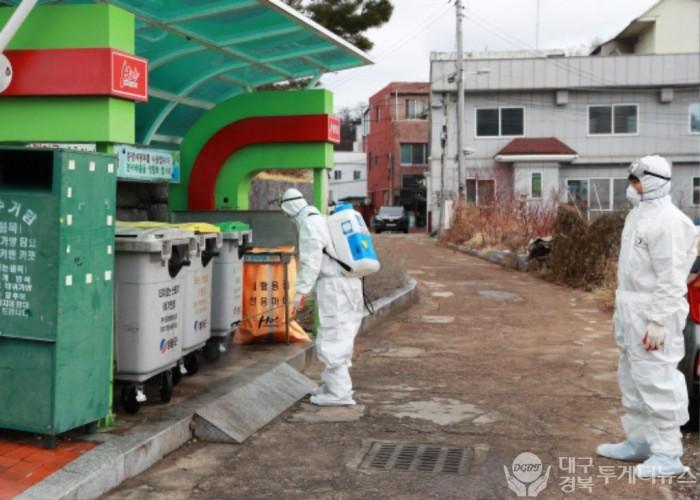 2-2. 사진(영양군, 코로나19 확산 방지를 위한 생활쓰레기 배출장소 일제소독 실시).jpg