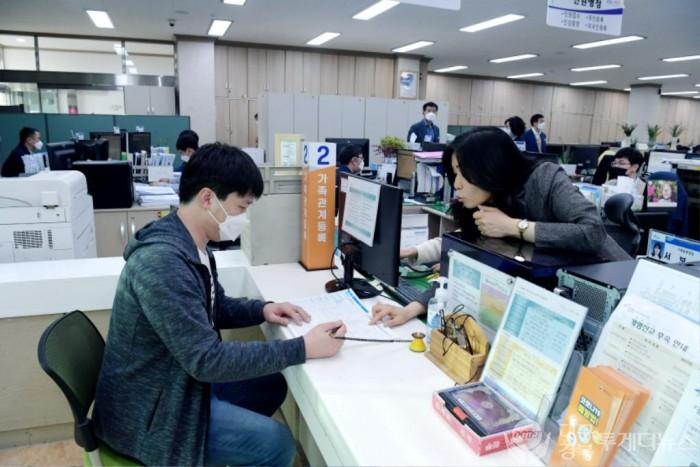 영천시, 출생신고 시 축하액자 및 기본증명서 전달 사진2.jpg