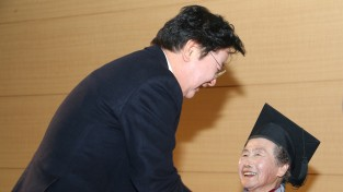 학사모 쓴 102명 늦깎이 안동 학생들의 특별한 졸업식